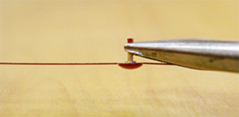 If the needle insertion part is wide, tighten it slightly with pliers.
